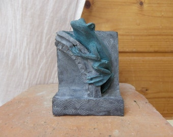 The frog figurine resin.