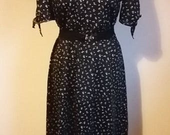 Beautiful 40s style tea dress with lace collar and floral black and white pattern by Avon UK10/12