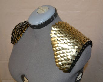 Epaulettes in knitted Dragonhide Scalemail Armor Gold