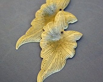 free shipping in UK -  Pack of 20 – Antique Bronze Charm Leaf