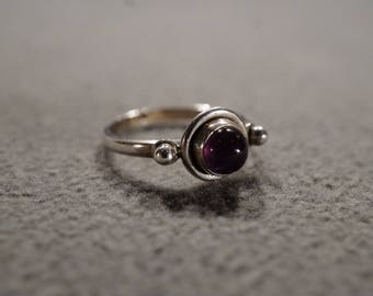 Vintage Sterling Silver Band Ring Round Bezel Set  African Amethyst Fancy Raised Relief Art Deco Style, Size 5.5