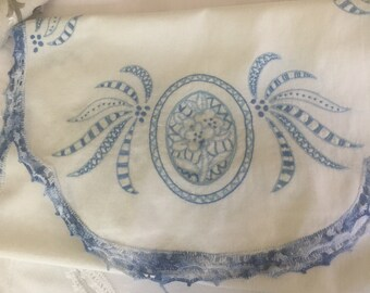 Table runner- or dresser scarf! Beautiful embroidery 17x42
