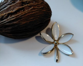 Trifari lovely and bold vintage white enamel and gold tone flower brooch, statement piece