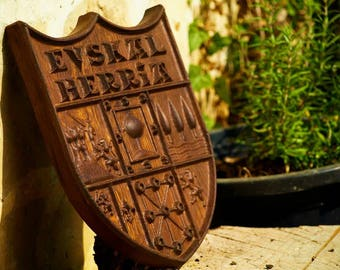 Coat of arms of Euskal Herria carved in wood