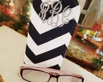 Monogramm blau Chevron Sonnenbrille Fall | Glas-Ärmel | Monogrammiert Fällen für übergroße Brille | Chevron Brillenetui | Leinen-Sonnenbrille Ärmel