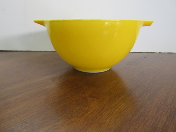 Pyrex Daisy solid yellow mixing bowl