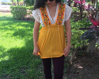 FOR SALE   Yellow embroidered Mexican blouse / blusa bordada mexicana