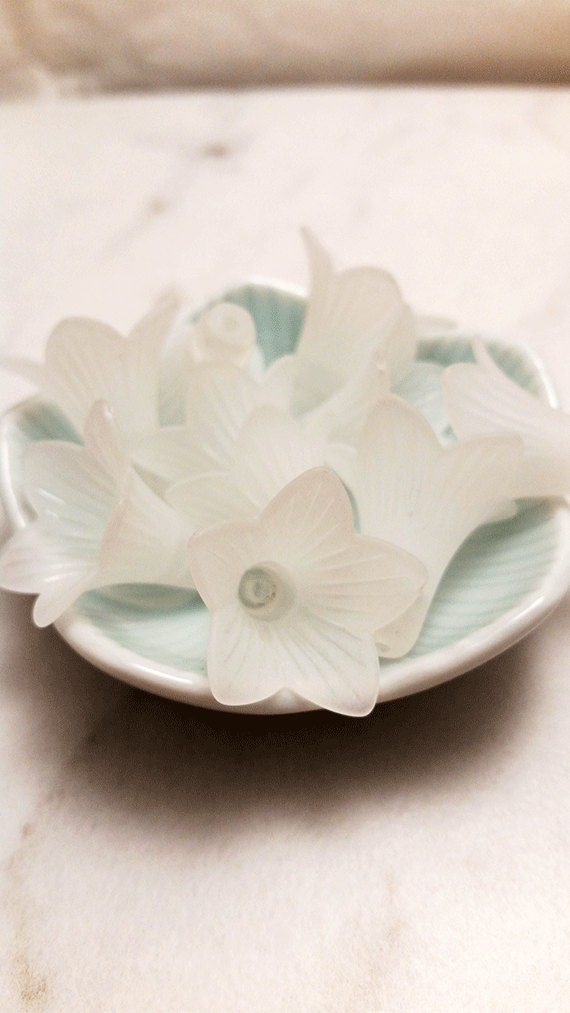 21mm x 23mm Acrylic Lucite Large Trumpet Flower Beads - WHITE (x25 pcs)
