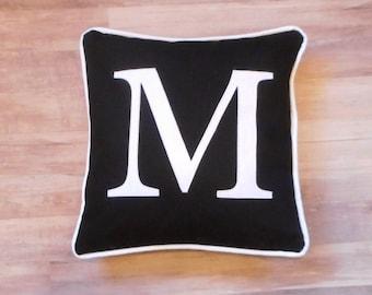 Coussin monogramme noir, coussin noir, coussin personnalisé, noir initial oreiller, oreiller avec une lettre, cadeau de mariage, housse de coussin personnalisé