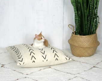 White Mudcloth Pet Bed || Cat Dog Bed African Mud Cloth Cream Black Arrow Print Geometric Bogolan Organic Cotton Hand Woven Linen Cushion