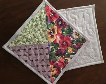 """Deux couvertures de tasse Pansy. Sous-verres de tapis, pansy mug violet, jaune et vert, carré de 8"""""""