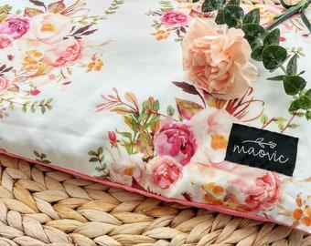 Oreiller pour bébés et enfants en écales de sarrasin biologique avec motifs de fleurs roses