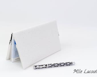 Checkbook in imitation white ostrich leather lined with a pretty black and white cotton