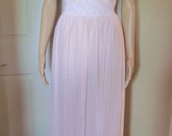 Gorgeous Vintage LACY PINK NEGLIGEE, Nightgown, Peignoir Pleated Wide Sweep Sz 34   L / XLarge Mint Condition