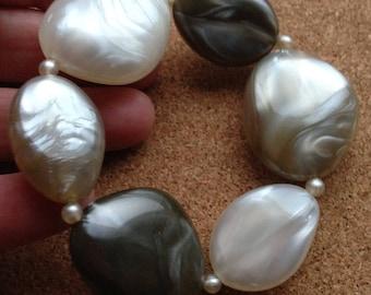 Bracelet - chunky pebble shaped bead beaded bracelet swirly plastic beads retro design cream and shades of silver grey
