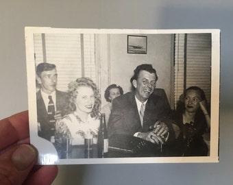 Blanco y negro fotografía, Foto de época, vintage foto, Foto de personas en el bar, Foto de hombre y mujer en un bar, fotografía de la década de 1940, estilo de vida