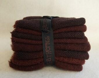 Noyer brun à la main teints en laine feutrée dans une gamme de noyer marron - tapis parfait accrochage et applique laine rassemblements primitif