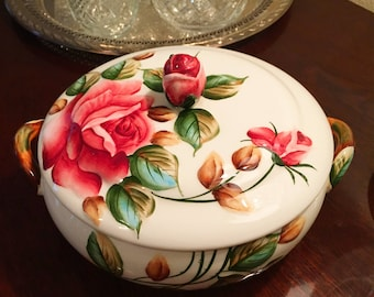 Round Covered Vegetable dish / casserole dish in Americana by Lefton! Rare find!