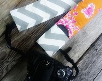 Gepolstertes DSLR-Kamera-Strap-Abdeckung, reversible gepolsterte Kamera-Strap-Abdeckung, Rutschen auf Gurt Ärmel in Blumenfeld und grau Chevron