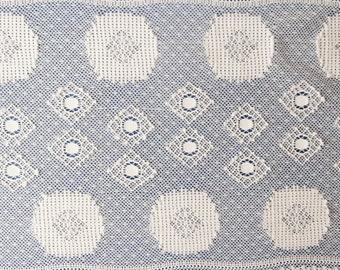 37 D - Cream geometric, white lace, 17 cm.