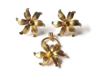 Vintage Gold Tone Flower Screw On Earrings and Necklace Pendant