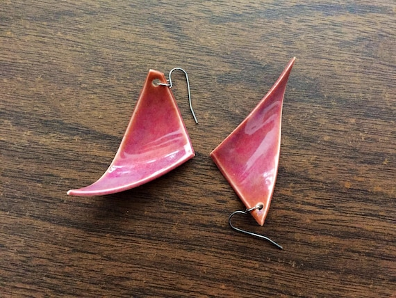 set of two wavy porcelain earrings in magenta