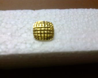 """Gold button square with convex shape """"OR8"""" ø 1.60 cm stem."""