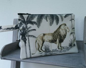 Small clutch with handle in ivory cotton, savanna, lion