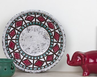 VEB Haldensleben scale of effervescent glaze, with motifs in bordeaux red and green