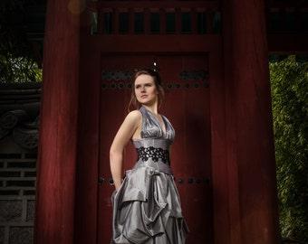 Kleid mit Taille Cincher aus grauem Taft und Black Lace Applique corseted