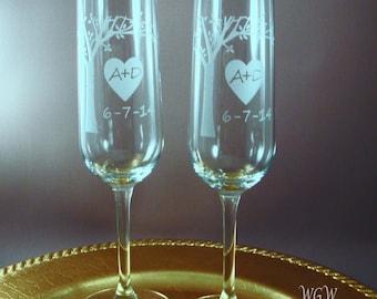 NOUVELLE mariée et le marié grillage flûtes - floraison arbre avec vos initiales et la Date de mariage