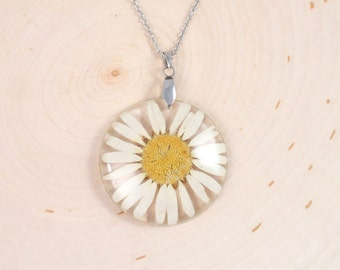 Real Daisy Necklace, Pressed Flowers Jewelry, flower resin pendant,  Botanical Jewelry, Nature jewelry, Birth Month flower April