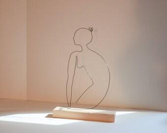 Portrait de Léa se reposant sur son socle en hêtre