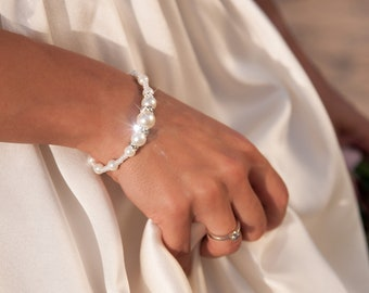 Pearl bridesmaid bracelet, Ivory Beach wedding Bridal jewelry, Gift for her, Bridesmaid gift, Gift for a woman, Elastic pearl bracelet