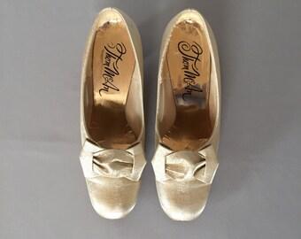 Marie Antoinette golden pumps | bow heels