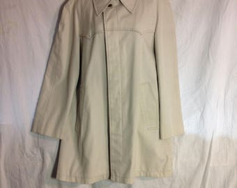 0399 London Fog mens beige trench coat ,34 lenght, front pockets, button closure Vintage
