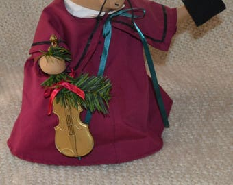 """MOUSE  """" OVERLY-RAKER """" Rare Collectible.Vint.1991..Maroon Coat, Holding Violin & Book of Musicwith Christmas greens,Stands, Displayed Only"""