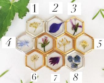 Pressé de fleur hexagone or et argent Collier pendentif, résine