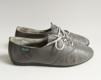 shoes 8 8.5 / gray oxford flats / 80s 1980s Bass shoes / gray leather oxford flats / shoes size 8 8.5 / vintage shoes