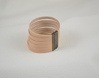Leather bracelet with magnet closing