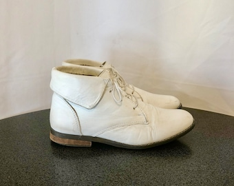 Sz 7 Vintage Short White Genuine Leather 1980s Women Flat Lace Up Ankle Boots.
