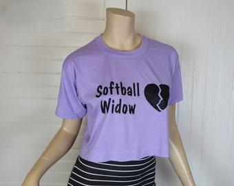 des années 80 nouveauté Cropped T-shirt vintage lavande - Broken Heart - «Softball veuve» - Small / Medium - écran d'impression-humour / drôle / ironique