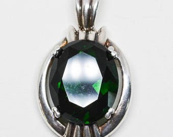 Lovely green crystal and silver tone pendant