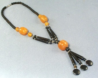 """Bernstein und schwarze Perle Halskette / / Vintage / / geschnitzte Perlen schwarz 3 1/2""""/ / modern / / modisch / / faszinierend"""