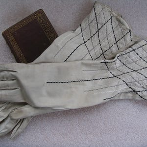 1950's soft, beautiful Ivory ladies gloves