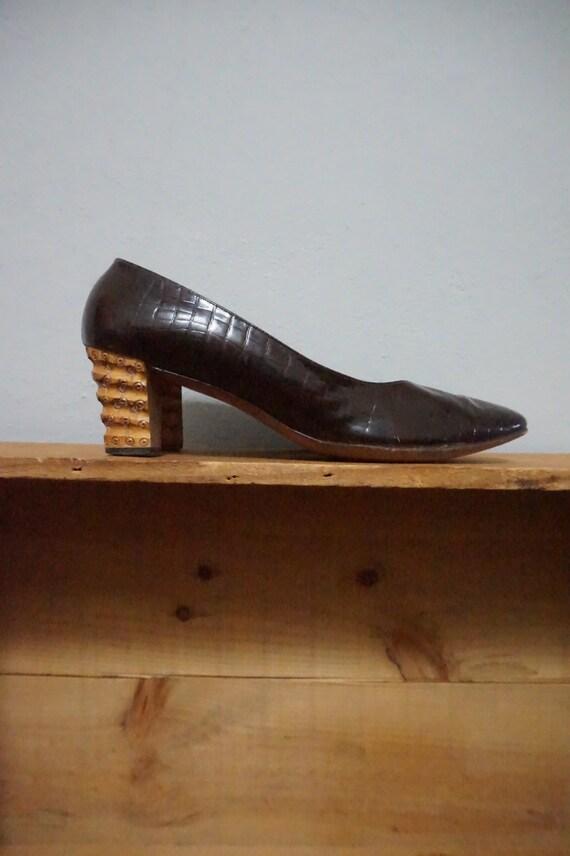 8.5 mid century wooden heels DELMAN 1960s 60s vintage formal professional patent leather unique classy 8 shoes pumps heels women nice kitsch