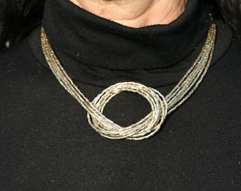 Short gold necklace with bow