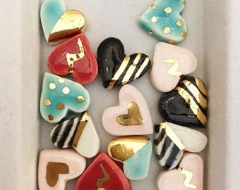 Boucles d'oreilles coeur, en céramique et or 22k stud boucles d'oreilles, bijoux Saint-Valentin, boucles d'oreilles coeur, boucles d'oreilles minimalistes, boucles d'oreilles or, boucles d'oreilles en céramique