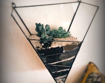 Terrarium à suspendre en verre. Forme triangulaire. Géométrique. Jardin d'intérieur. Fait main. Jardin suspendu. Décoration murale.