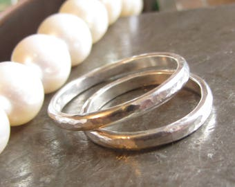 Amour Toujours - set of 2 hammered wedding rings in sterling silver